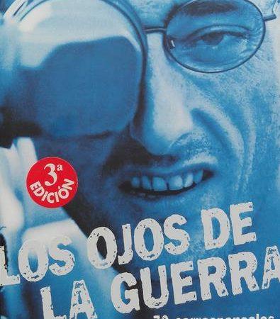 """«Esto es periodismo puro, cada vez más difícil de encontrar en los medios», escribió Sánchez en su dedicatoria del libro """"Los ojos de la guerra""""."""